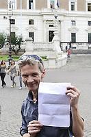 Roma, 3 Ottobre 2012.Piazza del Viminale.Il giornalista inglese Mark Covell, selvaggiamente picchiato a Genova dalla polizia durante il massacro della Diaz al G8 del 2001 viene risarcito dal Ministero dell'interno per le violenze fisiche e morali ..Nella foto con l'accordo firmato
