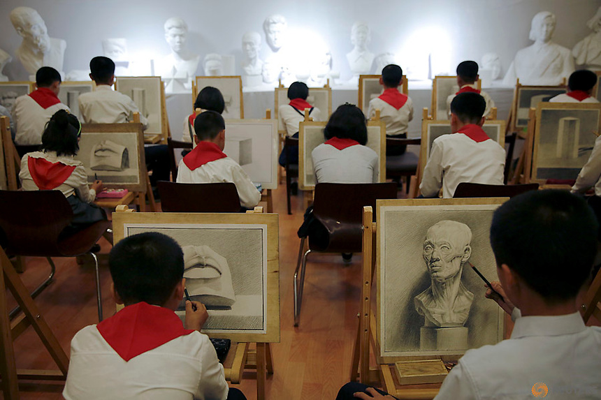 Students draw at the Mangyongdae Children's Palace in Pyongyang, North Korea May 5, 2016.  REUTERS/Damir Sagolj