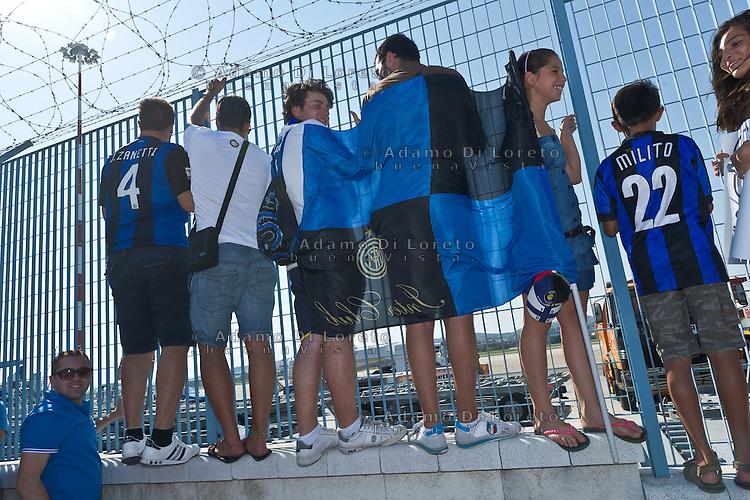 PESCARA 25/08/2012 - LA SQUADRA DELL'INTER ARRIVA ALL'AEROPORTO DI PESCARA PER DISPUTARE LA PRIMA DI CAMPIONATO. DIVERSI SOSTENITORI ATTENDONO L'ARRIVO DEL VOLODEI GIOCATORI.  FOTO DI LORETO ADAMO