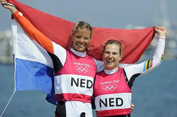 HO3 LONDRES (REINO UNIDO), 10/08/2012.- Las holandesas Lisa Westerhof (d) y Lobke Berkhout muestran su alegría después de ganar la medalla de bronce en la final del 470 femenino de la competición de vela de los Juegos Olímpicos de Londres 2012 en Weymouth, Reino Unido, hoy, viernes 10 de agosto de 2012. EFE/Olivier Hoslet