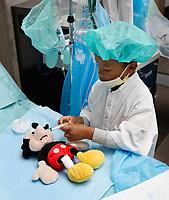 Nederland Amsterdam - 2019.    Teddy Bear Hospital in het Academisch Medisch Centrum. (Foto mag niet in negatieve / schadelijke context gepubliceerd worden). Teddy Bear Hospital (TBH) is één van de grootste projecten van IFMSA-NL. Het TBH is een rollenspel. Dat houdt in dat kleuters van vier t/m zes jaar hun beer of een andere knuffel meenemen naar een nagebootst ziekenhuis. Geneeskunde studenten spelen voor arts en behandelen samen met de kinderen de knuffels. Het doel van Teddy Bear Hospital is om kinderen op een speelse manier kennis te laten maken met de gezondheidszorg, om zo de angst voor dokters en het ziek-zijn enigszins weg te nemen. Bovendien leert het medische studenten om te gaan met kinderen en trainen ze hun communicatieve vaardigheden. Foto Berlinda van Dam / Hollandse Hoogte