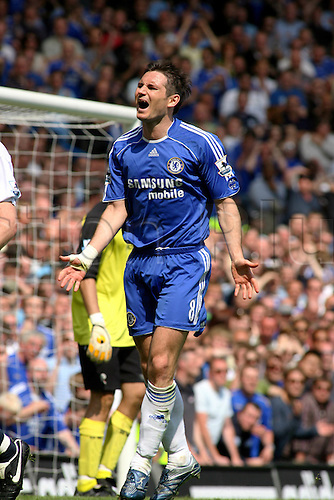 28 April 2007: Chelsea midfielder Frank Lampard shows his frustrations during the Premiership game between Chelsea and Bolton Wanderers, played at Stamford Bridge. The match finished 2-2. Photo: Actionplus....070428 football soccer player disappointment loser losing