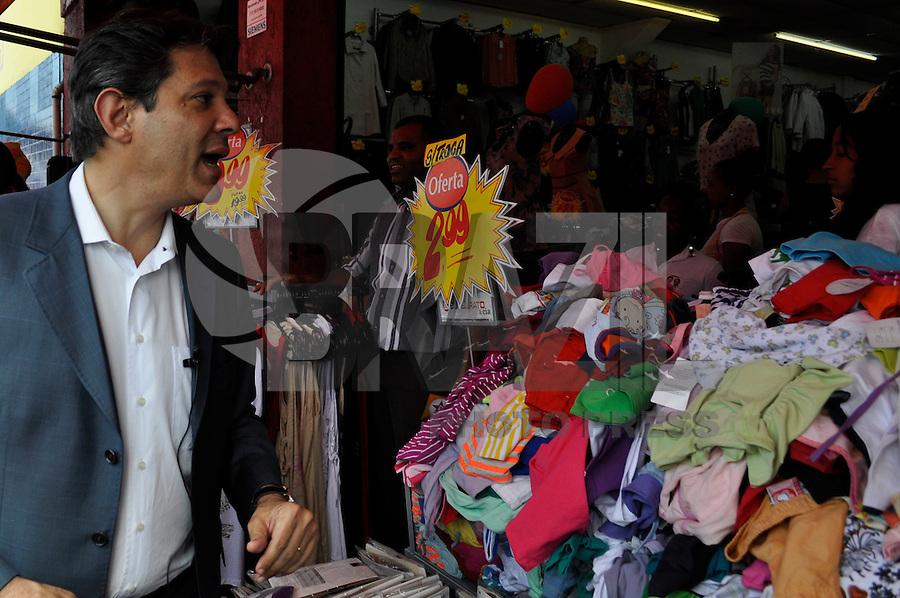 SÃO PAULO, SP, 25 DE AGOSTO DE 2012 - ELEIÇÕES 2012 - FERANADO HADAD: O candidato do PT a prefeitura de São Paulo Fernando Haddad realizou uma caminhada na tarde deste sabado (25) na Av. Cupecê localizada no bairro de Cidade Ademar, zona sul da capital. FOTO: LEVI BIANCO - BRAZIL PHOTO PRESS