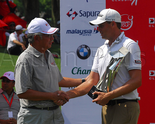 28.10.2012. Kuala Lumpur, Malaysia. 4th  and Final Round of GPA Golf  Classic Nick Watney USA WINNER of The Tournament with his trophy next to The PM of Malaysia Datuk Seri Najib do Razak