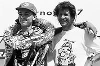 Valentino Rossi con il padre Graziano sul podio di Brno appena conquistato il suo primo mondiale nella 125 cc. 1997.
