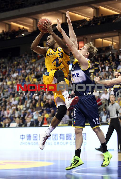 15.05.2015, O2 world, Berlin, GER, 1.BBL, ALBA Berlin vs. EWE Baskets Oldenburg, im Bild Jamel McLean (ALBA Berlin), Robin Smeulders (Baskets Oldenburg)<br /> <br />               <br /> Foto &copy; nordphoto /  Engler