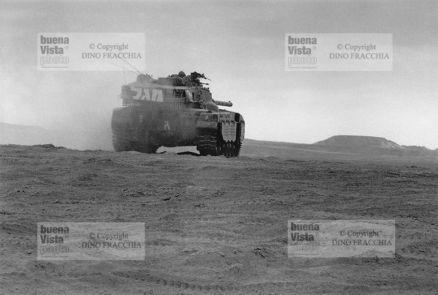 - Merkava tank in the desert of Negev....- carro armato Merkava nel deserto del Negev