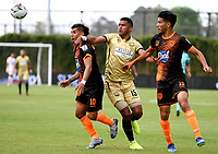 RIONEGRO-COLOMBIA, 01-03-2020: Carlos Henao de Rionegro Aguilas Doradas y Yeison Guzman, Michael Nike Gomez de Envigado F.C., disputan el balon durante partido de la fecha 7 entre Rionegro Aguilas Doradas y Envigado F.C., por la Liga BetPlay DIMAYOR I 2020, jugado en el estadio Alberto Giraldo de la ciudad de Rionegro. / Juan Pablo Otalvaro of Rionegro Aguilas Doradas and Yeison Guzman, Michael Nike Gomez of Envigado F.C. figth for the ball, during a match of the 7th date between Rionegro Aguilas Doradas and Envigado F.C., for the Liga BetPlay DIMAYOR I 2020, played at Alberto Giraldo stadium in Rionegro city. / Photo: VizzorImage / Juan Cardona / Cont.
