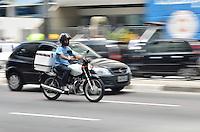SAO PAULO, 04 DE FEVEREIRO DE 2013. - MOTOFRETISTA NOVO REGULAMENTO  - Motociclista e visto na Avenida Paulista na manha desta segunda feira, 04. A Policia Militar comecara, a partir desta terca feira (05), a multar motofretistas que nao estiverem de acordo com o novo regulamento. As novas determinações são: um curso de capacitação de 30 horas, o uso de colete com faixas reflexivas e trafegar com a motocicleta com os equipamentos de segurança, como antena corta-pipa e protetor de pernas, segundo o sindicato. (FOTO: ALEXANDRE MOREIRA / BRAZIL PHOTO PRESS).