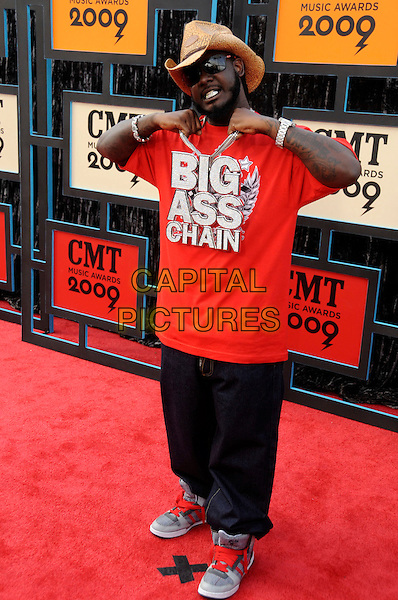 T PAIN (Faheem Rasheed Najm).2009 CMT Music Awards held at the Sommet Center, Nashville, TN, USA..June 16th, 2009.full length straw hat red t-shirt jeans denim big ass chain necklace silver bling.CAP/ADM/MS.©Mike Strasinger/AdMedia/Capital Pictures.