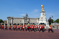 United Kingdom, London: Band of the Irish Guards marching past Buckingham Palace | Grossbritannien, England, London: Band der Irish Guards marschieren vorm Buckingham Palace