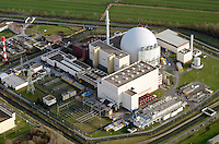 Kernkraftwerk Brokdorf: EUROPA, DEUTSCHLAND, SCHLESWIG-HOLSTEIN, BRUNSBUETTEL , (EUROPE, GERMANY), 14.01.2012: Das Kernkraftwerk Brokdorf (KBR) befindet sich nahe der Gemeinde Brokdorf im Kreis Steinburg, Schleswig-Holstein und wurde im Oktober 1986 erstmals durch die damaligen Eigentuemer PreussenElektra und HEW in Betrieb genommen. 2010 gehoert das Kernkraftwerk den Unternehmen E.ON und Vattenfall . Waehrend der Bauphase in den 1970er und 1980er Jahren gab es heftige Proteste von Atomkraftgegnern.. .Die als KBR bezeichnete Kernkraftwerksanlage besitzt einen Druckwasserreaktor mit Urandioxid-Brennelementen, die in Anreicherungsgraden von 1,9, 2,5 und 3,5 Prozent eingesetzt werden. Auch Mischoxid-Brennelemente (MOX-Brennelemente), die Plutonium aus der Wiederaufarbeitung enthalten, werden verwendet. Im Reaktor des Kernkraftwerks befinden sich 193 Brennelemente mit einem Schwermetallgewicht von insgesamt 103 Tonnen. Das Kernkraftwerk Brokdorf hat eine thermische Leistung von 3.900 Megawatt und eine elektrische Bruttoleistung von 1.480 MW. Es geoert zur 3. Druckwasserreaktor-Generation in Deutschland, den Vor-Konvoi-Anlagen. Mit einer Bruttostromerzeugung von knapp unter zwoelf Milliarden Kilowattstunden war es 2005 weltweit fuehrend..Die endgueltige Abschaltung des Kernkraftwerks Brokdorf ist bis spaetestens 2021 vorgesehen.