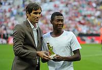 FUSSBALL   1. BUNDESLIGA   SAISON 2012/2013   SUPERCUP FC Bayern Muenchen - Borussia Dortmund            12.08.2012 David Alaba (FC Bayern Muenchen) wird vom Kicker zum besten Newcomer ausgezeichnet