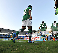CALI - COLOMBIA -10-04-2014: Los Jugadores de Deportivo Cali entran al campo durante partido Deportivo Cali y Deportes Tolima por la fecha 16 de la Liga Postobon I 2014 en el estadio Pascual Guerrero de la ciudad de Cali.  / The players of Deportivo Cali get in the fielg during a match between Deportivo Cali and Deportes Tolima for the date 16th of the Liga Postobon I 2014 at the Pascual Guerrero stadium in Cali city. Photo: VizzorImage / Luis Ramirez / Staff.