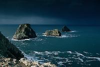 Europe/France/Bretagne/29/Finistère/Env de Camaret: pointe de Penhir - Les tas de Pois et ciel d'orage