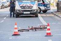 Schwerer Fahrradunfall am Donnerstag den 19. April 2018 auf der Kreuzung Koepenicker Straße und Skalitzerstrasse.<br /> Gegen 17.00 Uhr wurde eine Radfahrerin beim ueberqueren der Kreuzung von einem PKW ueberfahren und dabei schwer verletzt.<br /> Im Bild: Polizei an der Unfallstelle.<br /> 19.4.2018, Berlin<br /> Copyright: Christian-Ditsch.de<br /> [Inhaltsveraendernde Manipulation des Fotos nur nach ausdruecklicher Genehmigung des Fotografen. Vereinbarungen ueber Abtretung von Persoenlichkeitsrechten/Model Release der abgebildeten Person/Personen liegen nicht vor. NO MODEL RELEASE! Nur fuer Redaktionelle Zwecke. Don't publish without copyright Christian-Ditsch.de, Veroeffentlichung nur mit Fotografennennung, sowie gegen Honorar, MwSt. und Beleg. Konto: I N G - D i B a, IBAN DE58500105175400192269, BIC INGDDEFFXXX, Kontakt: post@christian-ditsch.de<br /> Bei der Bearbeitung der Dateiinformationen darf die Urheberkennzeichnung in den EXIF- und  IPTC-Daten nicht entfernt werden, diese sind in digitalen Medien nach §95c UrhG rechtlich geschuetzt. Der Urhebervermerk wird gemaess §13 UrhG verlangt.]