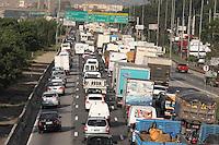 SAO PAULO, SP, 09/05/2012, TRANSITO MARGINAL TIETE.  A tarde dessa Quarta-feira (9)  esta terrivel para o motorista que tenta trafegar pela Marginal Tiete sentido Ayrton Senna, por quase toda extensao da via o transito esta travado. Luiz Guarnieri/ Brazil Photo Press