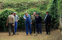 Europe/France/Rhône-Alpes/69/Rhône/Saint-Pierre-le-Déchausselat : Joueurs de pétanque [Non destiné à un usage publicitaire - Not intended for an advertising use]<br /> PHOTO D'ARCHIVES // ARCHIVAL IMAGES<br /> FRANCE 1990