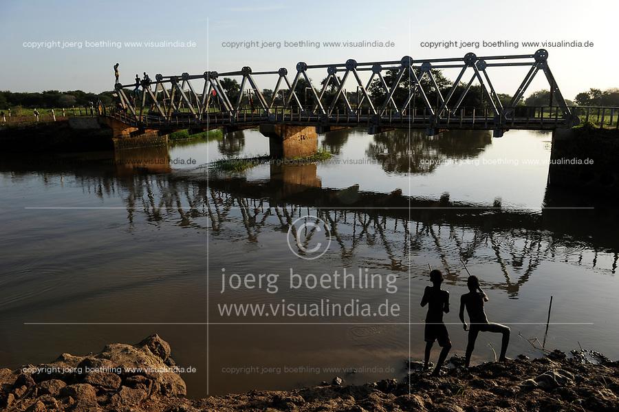 SOUTH SUDAN Lakes state, Rumbek, boys catching fish at Bamam bridge / SUED SUDAN, Junge angeln an der Bamam Bruecke