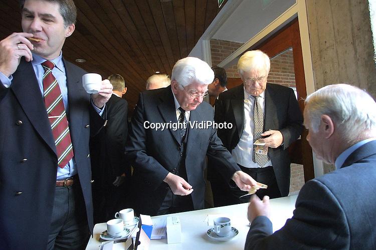 """Foto: VidiPhoto..DOORN - Ruim honderd predikanten uit de rechterflank van de Nederlandse Hervormde Kerk (Gereformeerde Bond) kwamen donderdag in Doorn bijeen voor een tweedaagse conferentie. Een van de sprekers op de eerste conferentiedag was de econoom prof. Goudszwaard over het onderwerp """"De economie van het nooit-genoeg"""". Foto: De dominees moesten voor het eerst met euro's betalen. Dat was voor de meesten wel even wennen."""