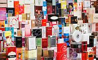 Nederland Beverwijk 2017  . De Bazaar in Beverwijk. De Bazaar in Beverwijk is al 37 jaar de plek waar uiteenlopende culturen samenkomen en is de grootste overdekte markt in Europa. De Bazaar bestaat uit verschillende marktdelen. Parfum te koop. Damesgeuren.   Foto Berlinda van Dam / Hollandse Hoogte