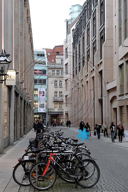 """Leipzig im Wandel - Stadtansichten Straßenszenen des Jahres 2009 in der Messestadt - Blick in das Preußer Gäßchen - heute am Ende rechts das Warenhaus """"Peek & Cloppenburg"""". Foto: Norman Rembarz..Norman Rembarz , ( ASV-Autorennummer 41043728 ), Holbeinstr. 14, 04229 Leipzig, Tel.: 01794887569, Hypovereinsbank: BLZ: 86020086, KN: 357889472, St.Nr.: 231/261/06432 - Jegliche kommerzielle Nutzung ist honorar- und mehrwertsteuerpflichtig! Persönlichkeitsrechte sind zu wahren. Es wird keine Haftung übernommen bei Verletzung von Rechten Dritter. Autoren-Nennung gem. §13 UrhGes. wird verlangt. Weitergabe an Dritte nur nach  vorheriger Absprache.."""