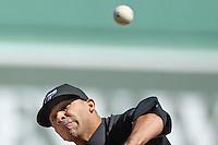 MTC03 BOSTON (EE.UU.) 18/4/2011.- El lanzador Ricky Romero, de los Azulejos de Toronto, lanza una bola en la primera entrada, en un partido de béisbol contra las Medias Rojas de Boston, disputado en Fenway Park, en Boston, Massachusetts, EE.UU., hoy, lunes 18 de abril de 2011. EFE/Matthew Cavanaugh..