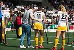 AMSTELVEEN - Hockey - Hoofdklasse competitie dames. AMSTERDAM-DEN BOSCH (3-1) Blessure bij  Pien Sanders (Den Bosch)  met fysio Peter van der Beek  COPYRIGHT KOEN SUYK
