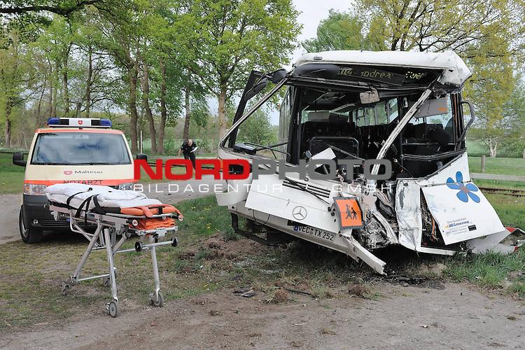 Am sp&auml;ten Mittwochnachmittag wurde bei einem Zusammensto&szlig; zwischen einem Bus und einem Zug der Nordwestbahn in Lohne (LK Vechta) der Busfahrer lebensgef&auml;hrlich verletzt. Gegen 16.45 Uhr wollte der <br /> 61-j&auml;hrige Busfahrer aus Vechta, der alleine im Bus sa&szlig;, einen unbeschrankten Bahn&uuml;bergang in Lohne, Burgweg, in Richtung Hopener Wald fahrend &uuml;berqueren. Dabei &uuml;bersah er einen mit 70 Personen besetzten Zug der Nordwestbahn, der die Strecke Delmenhorst - <br /> Osnabr&uuml;ck in Richtung S&uuml;den befuhr. Der Bus wurde durch die Wucht des  Aufprall im Bereich des F&uuml;hrerhauses total zertr&uuml;mmert und um 180 Grad zur&uuml;ckgeschleudert. Ersthelfer k&uuml;mmerten sich um den 61-j&auml;hrigen<br /> Busfahrer, der aus seinem Bus neben die Bahngleisen geschleudert  wurde. Ein Rettungshubschrauber flog den Schwerstverletzten zu einer Klinik nach Osnabr&uuml;ck. Der Zug der Nordwestbahn kam nach einer Vollbremsung nach ca. 200 Metern im Bereich des Bahn&uuml;bergangs der <br /> S&uuml;dtangente Lohne zum Stehen. Die ca. 70 Passagiere der Nordwestbahn blieben unverletzt, der Lokf&uuml;hrer hatte einen Schock. Die Polizei sch&auml;tzt den Sachschaden vorl&auml;ufig auf ca. 40.000 Euro. Die 70 Insassen der Nordwestbahn wurden mit Bussen (Schienenersatzverkehr) <br /> weitertransportiert.<br /> <br /> <br /> <br /> Foto: &copy; nph (nordphoto )