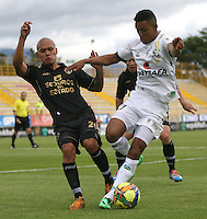 BOGOTA -COLOMBIA. 06-04-2014. Freddy Hinestroza  (Der) de La Equidad disputa el balon contra Yorman Rueda de Fortaleza F.C. partido por la quinceava  fecha de La liga Postobon 1 disputado en el estadio Metropolitano de Techo . /   Freddy Hinestroza  (R) of La Equidad  fights the ball  against Yorman Rueda  of Fortaleza F.C.  of  fifteenth  round during the match  of The Postobon one league  at the Metropolitano of Techo Stadium . Photo: VizzorImage/ Felipe Caicedo / Staff