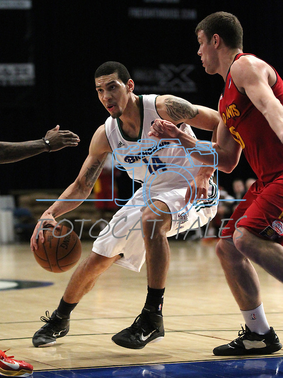 Reno Bighorn's Danny Green makes a play against Fort Wayne Mad Ants' Marvin Phillips in Friday night's minor league basketball game, Feb. 11, 2011, at the Reno Events Center in Reno, Nev. .Photo by Cathleen Allison