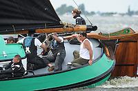 SKUTSJESILEN: ELAHUIZEN: Fluessen, 07-08-2012, SKS skûtsjesilen, wedstrijd Elahuizen, De Sneker Pan, skûtsje Sneek, 4e dagwinst op rij, Wesley de Boer (bakboord zaardenman), Marc Jan Koopmans (grootschoot), Jan Visser (grootschoot), schipper Douwe Jzn. Visser, Marije Faber (adviseur), ©foto Martin de Jong