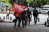 SÃO PAULO, SP, 05.11.2014 - ATO PELA FALTA DE ÁGUA EM SÃO PAULO - Manifestantes se reunem no vão do MASP, na Av. Paulista, para realizar ato devido a falta de água em São Paulo, no começo da noite desta quarta-feira (5). (Foto: Taba Benedicto/ Brazil Photo Press)