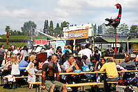 Festival in Amsterdam, De Rollende Keukens.  Rijdende keukens waar bijzondere snacks worden verkocht, zoals gefrituurde sprinkhanen of koreaanse snacks. Hotmamahot