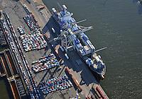 Containerschiffe am O Swaldkai: EUROPA, DEUTSCHLAND, HAMBURG, (EUROPE, GERMANY), 10.11.2013: Terminal O'Swaldkai auf dem Kleinen Grasbrook. Spezialabwicklung  von logistischen Problemen. An den Kaianlagen werden Container Verladen. Kraftfahrzeuge warten auf den naechsten RoRo Transport.
