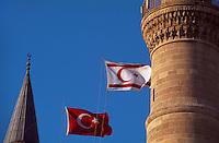 Zypern (Nord), Selimiye-Moschee in Nicosia (Lefkosa), erbaut als Sophienkirche 1209, türkische und nordzyprische Fahne.............