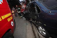 SAO PAULO, SP, 28/07/2012, ACIDENTE ACLIMACAo. Apos Um motorista ficou ferido apos perde o controle de seu veiculo e colidir contro outro que estava estacionado na Ruas Muniz de Souza no bairro da Aclimacao. O acidente aconteceu na manha desse Sabado (28)   Luiz Guarnieri/ Brazil Photo Press.