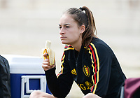 20180304 - LARNACA , CYPRUS :  Belgian Tessa Wullaert pictured eating a banana during a Matchday -1 training from The Belgian Red Flames prior to their game against Austria , on Sunday 4 March 2018 at the Alpha Sports Grounds in Larnaca , Cyprus . This will be the third game in group B for Belgium during the Cyprus Womens Cup , a prestigious women soccer tournament as a preparation on the World Cup 2019 qualification duels. PHOTO SPORTPIX.BE | DAVID CATRY