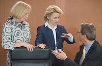 Berlin, Bundesbildungsministerin Johanna Wanka (CDU, r.), Bundesarbeitsministerin Ursula von der Leyen (CDU) und Aussenminister Guido Westerwelle (FDP) unterhalten sich am Mittwoch (24.04.13) vor Beginn der Sitzung des Bundeskabinetts im Kanzleramt.