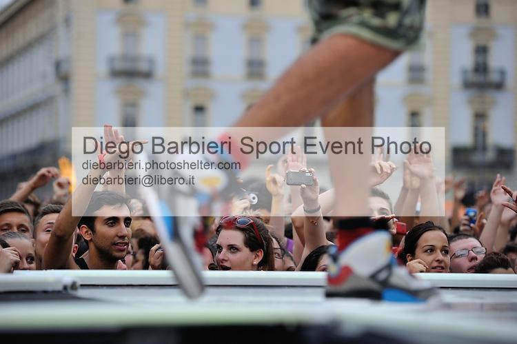 (KIKA) - TORINO, 29/06/2012 - Il pubblico di Torino assiste alla prima serata degli MTV Days in piazza Castello a Torino, il 29 giugno 2012.