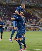 FUSSBALL  EUROPAMEISTERSCHAFT 2012   VORRUNDE Ukraine - Frankreich               15.06.2012 Torjubel: Karim Benzema (Frankreich) in den Armen von Jeremy Menez (re, Frankreich)