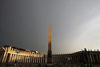 The obelisk in Saint Peter Square. L'obelisco di Piazza San Pietro.