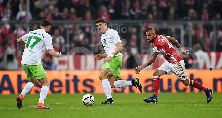 Fussball  1. Bundesliga  Saison 2016/2017  14. Spieltag  FC Bayern Muenchen - VfL Wolfsburg    10.12.2016 Mario Gomez (Mitte, VfL Wolfsburg) gegen Arturo Vidal (re, FC Bayern Muenchen) und Borja Mayoral (li, VfL Wolfsburg)