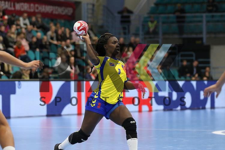 Kolding (DK), 10.12.15, Sport, Handball, 22th Women's Handball World Championship, Vorrunde, Gruppe C, Frankreich-DR Kongo :  Grace Shokkos Songa (DR Kongo, #03)<br /> <br /> Foto &copy; PIX-Sportfotos *** Foto ist honorarpflichtig! *** Auf Anfrage in hoeherer Qualitaet/Aufloesung. Belegexemplar erbeten. Veroeffentlichung ausschliesslich fuer journalistisch-publizistische Zwecke. For editorial use only.