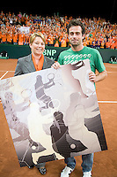 20-9-08, Netherlands, Apeldoorn, Tennis, Daviscup NL-Zuid Korea, Old Daviscup player Raemon Sluiter receives a canvas atrwork from the president of the Dutch tennis association Karin Bijleveld for his daviscup appearance