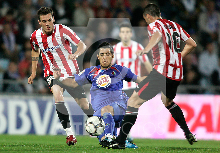 Getafe's Juan Albin against Athletic de Bilbao's Xabier Castillo during La Liga match. October 25, 2009. (ALTERPHOTOS/Alvaro Hernandez).