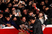 """Il cantautore statunitense Bruce Springsteen firma autografi ai fans i suoi fans, sul red carpet in occasione della presentazione del film documentario """"The Promise: The Making of Darkness on the Edge of Town"""", al Festival Internazionale del Film di Roma, 1 novembre 2010..U.S. rocker Bruce Springsteen signs autographs to fans walks on the red carpet to promote the documentary movie """"The Promise: The Making of Darkness on the Edge of Town"""" during the Rome Film Festival at Rome's Auditorium, 1 november 2010..UPDATE IMAGES PRESS/Riccardo De Luca"""