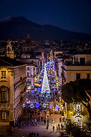 23 12 2017 Catania, natale 2017 luminarie in via Etnea. Sullo sfondo il vulcano Etna.