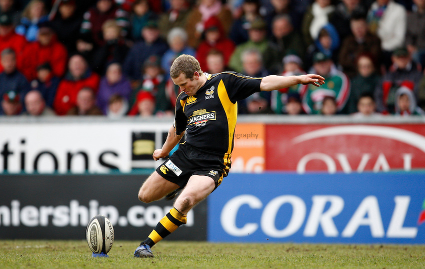 Photo: Richard Lane/Richard Lane Photography..Leicester Tigers v London Wasps. Guinness Premiership. 29/03/2008. Wasps' Dave Walder kicks.