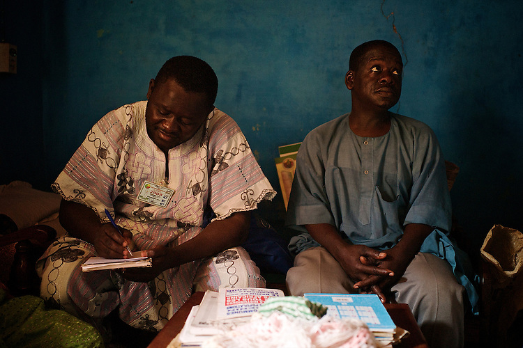 Meeting of the horsemen: On the left, Babamoussa Izzedine, school teacher and secretary of the association. On the right Oroumeri Traor&eacute;, younger brother of the chief butcher.<br />  <br /> Activit&eacute;s d'association: A gauche, Babamoussa Izzedine, le ma&icirc;tre d'&eacute;cole et secr&eacute;taire de l'association. A droite, Oroumeri Traor&eacute;, fr&egrave;re cadet du chef boucher.